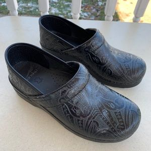 Dansko Leather Embroidered Clogs Sz 39/8.5-9